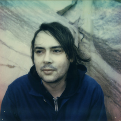 Portrait presse de l'artiste Eric Raynaud aka Fraction, chez le label parisien INFINE. Artiste réalisant de la musique expérimentale, plasticien du son.